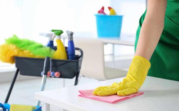 开荒保洁是自己做比较好?还是请保洁公司做?